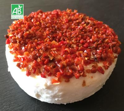 Fromage frais aromatisé d'une fine couche de poivron rouge.